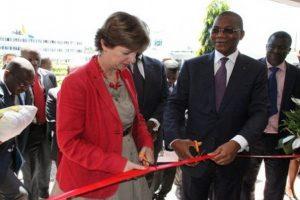 Le ministre Bruno Koné et l'ambassadeur du Canada en Côte d'Ivoire, Mme Chantal de Varennes.
