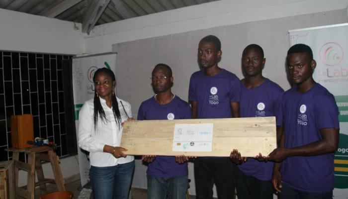 Remise du 1er prix aux porteurs du projet Adiyèaba par la ministre des Postes et de l'Economie numérique, Cina Lawson.